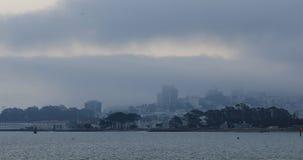 Ideia da skyline de San Francisco em um dia nevoento 4K video estoque
