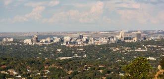 Ideia da skyline de Sandton, Joanesburgo do monte de Northcliff fotografia de stock royalty free