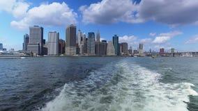 Ideia da skyline do Lower Manhattan como visto da balsa de East River video estoque