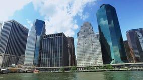 Ideia da skyline do Lower Manhattan como visto da balsa de East River vídeos de arquivo