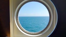 Ideia da superfície do mar através de uma vigia do navio Fotografia de Stock