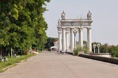 Ideia das portas principais da cidade no passeio central Fotografia de Stock Royalty Free