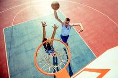 Ideia de ângulo alto do basquetebol dunking do jogador de basquetebol na aro imagem de stock