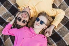 ideia de ângulo alto de pares novos à moda na colocação dos óculos de sol fotos de stock royalty free
