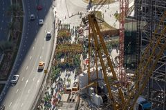 Ideia de Arial de um grupo grande de trabalhadores da construção, agrupado no lado da estrada fotografia de stock royalty free