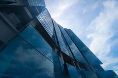 Ideia de baixo ângulo da arquitetura moderna Fotos de Stock Royalty Free