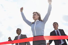 Ideia de baixo ângulo da linha de revestimento do cruzamento da mulher de negócios com os colegas no fundo Imagem de Stock
