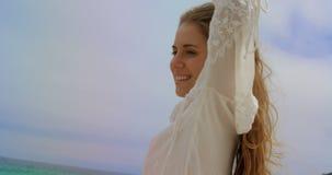 Ideia de baixo ângulo da posição caucasiano feliz da mulher na praia 4k vídeos de arquivo