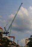 Ideia de bordejar o guindaste de torre de patíbulo no canteiro de obras do condomínio Fotografia de Stock