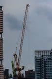 Ideia de bordejar o guindaste de torre de patíbulo no canteiro de obras do condomínio Foto de Stock