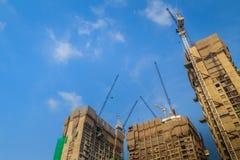 Ideia de bordejar o guindaste de torre de patíbulo no constructi alto da construção da elevação imagens de stock