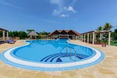 Ideia de convite agradável da piscina luxuosa na seção superior do serviço Foto de Stock