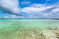 Ideia de convite bonita agradável do oceano tranquilo de turquesa e do fundo do céu azul na ilha de Cayo Guillermo, Cuba em lindo Fotografia de Stock Royalty Free