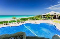 Ideia de convite bonita da piscina e de terras douradas do hotel da tulipa com os povos que relaxam no fundo Fotos de Stock Royalty Free