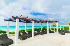ideia de convite da área de piscina dourada do hotel da tulipa na praia e no fundo tranquilo do oceano de turquesa Foto de Stock
