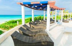 ideia de convite da área de piscina dourada do hotel da tulipa na praia e no fundo tranquilo do oceano de turquesa Foto de Stock Royalty Free