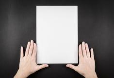 Ideia de espera do papel vazio com mãos Imagem de Stock Royalty Free