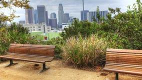 ideia de 4K UltraHD da skyline de Los Angeles com o banco de parque no primeiro plano filme