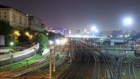 A ideia de lapso de tempo da estação de trem e o metro alinham vídeos de arquivo