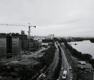 Ideia de ângulo alto da arquitetura da cidade com canteiro de obras, estrada e ri Foto de Stock Royalty Free