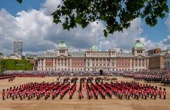 A ideia de ?ngulo larga do agrupamento a parada militar da cor em protetores de cavalo desfila, Londres Reino Unido, com os solda fotografia de stock royalty free