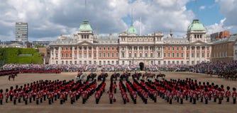 A ideia de ?ngulo larga do agrupamento a parada militar da cor em protetores de cavalo desfila, Londres Reino Unido, com os solda foto de stock royalty free