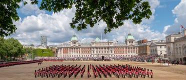 A ideia de ?ngulo larga do agrupamento a parada militar da cor em protetores de cavalo desfila, Londres Reino Unido, com os solda fotos de stock
