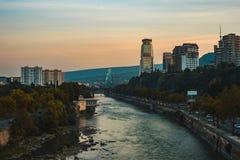 Ideia de nivelar Tbilisi e o rio Kura da ponte imagem de stock