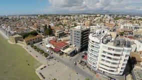 Ideia de olho de pássaro de arquiteturas da cidade surpreendentes na cidade de Larnaca, Chipre em um dia ensolarado vídeos de arquivo