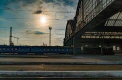 Ideia de perspectiva de uma plataforma na estação de trem central de Lvov com o molde da luz solar nos trens que estacionam pela  Foto de Stock Royalty Free