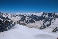 Ideia de picos nevado de Aiguille du Midi em cumes franceses Fotos de Stock
