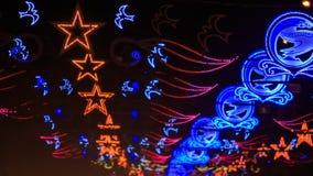ideia de piscar figuras coloridas das luzes acima do tráfego de cidade filme