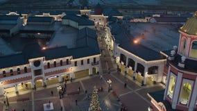 Ideia de Quadcopter das partes superiores do telhado, lojas da loja com os povos da iluminação e do passeio filme