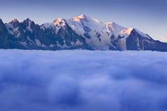 Ideia de surpresa da cordilheira de Mont Blanc durante o verão Com ele são as geleiras bonitas, os picos altos e os passeios na m fotos de stock