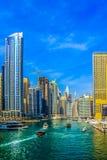 Ideia de surpresa da skyline de Dubai Marina Waterfront Skyscraper, residencial e de neg?cio no porto de Dubai, Emiratos ?rabes U imagens de stock