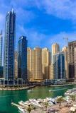 Ideia de surpresa da skyline de Dubai Marina Waterfront Skyscraper, residencial e de neg?cio no porto de Dubai, Emiratos ?rabes U fotos de stock