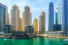 Ideia de surpresa da skyline de Dubai Marina Waterfront Skyscraper, residencial e de neg?cio no porto de Dubai, Emiratos ?rabes U foto de stock