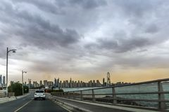 Ideia de surpresa de Jumeirah Beach Residence e da skyline de Dubai Marina Waterfront Skyscraper, residencial e de negócio no por imagens de stock royalty free