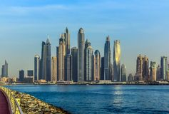 Ideia de surpresa de Jumeirah Beach Residence e da skyline de Dubai Marina Waterfront Skyscraper, residencial e de negócio no por foto de stock royalty free