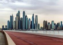 Ideia de surpresa de Jumeirah Beach Residence e da skyline de Dubai Marina Waterfront Skyscraper, residencial e de negócio no por imagem de stock royalty free