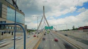 Ideia de Timelapse do tráfego no Leonard P Ponte memorável do monte de depósito de Zakim em Boston video estoque