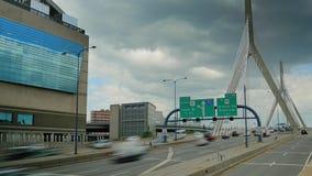 Ideia de Timelapse do tráfego no Leonard P Ponte memorável do monte de depósito de Zakim em Boston filme