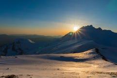 Ideia de um por do sol nas montanhas cobertos de neve de Vardousia em Grécia central Imagem de Stock