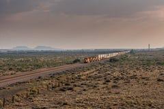 Ideia diagonal do rolamento do trem através do deserto Foto de Stock Royalty Free