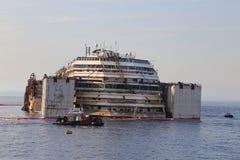 Ideia dianteira da destruição de Costa Concordia o 19 de julho de 2014 na ilha de Giglio, Itália Foto de Stock Royalty Free