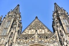 Ideia dianteira da entrada principal à catedral do St Vitus no castelo de Praga em Praga Foto de Stock Royalty Free