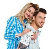 Ideia dianteira de um par ? moda menina e indiv?duo amig?veis bonitos junto fotos de stock royalty free