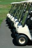 Ideia dianteira de uma fileira de carros de golfe Imagem de Stock
