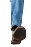 Ideia dianteira do pé esquerdo nas calças de brim e na sapata marrom Fotos de Stock Royalty Free