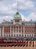 A ideia do agrupamento a parada militar da cor em protetores de cavalo desfila, Londres Reino Unido, com os soldados da divis?o d imagens de stock